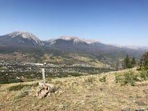 Paisaje con las montañas en la distancia y el marcador del sepulcro foto de archivo