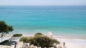 Paisaje con las montañas, mar, playa del verano, fotos de archivo
