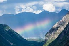 Paisaje con las montañas y el arco iris en Noruega Imagen de archivo
