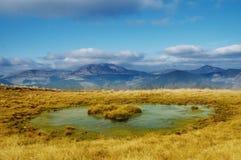 Paisaje con las montañas y el cielo azul Foto de archivo