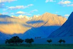 Paisaje con las montañas y el valle en Himalaya Imagenes de archivo