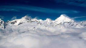 Montañas y nubes foto de archivo