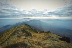 Paisaje con las montañas y las nubes en el cielo Fotos de archivo libres de regalías