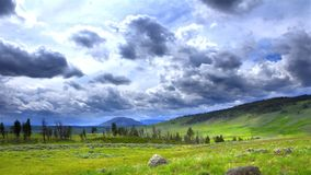 Paisaje con las montañas y las nubes, lapso de tiempo almacen de metraje de vídeo