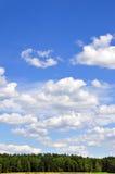 Paisaje con las nubes de cúmulo Foto de archivo libre de regalías