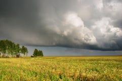 Paisaje con las nubes de tormenta Imagen de archivo libre de regalías