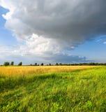 Paisaje con las nubes de tormenta Imagen de archivo