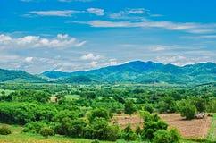 Paisaje con las nubes hermosas y los Mountain View Imágenes de archivo libres de regalías