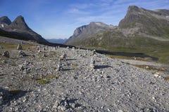 Paisaje con las pirámides de las piedras, Noruega de la montaña foto de archivo libre de regalías