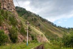 Paisaje con las pistas ferroviarias en las montañas foto de archivo