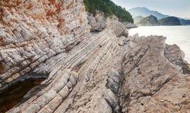 Paisaje con las rocas costeras en el mar adriático Fotos de archivo libres de regalías