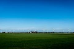 Paisaje con las turbinas de la energía eólica Foto de archivo