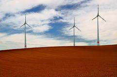Paisaje con las turbinas de viento. imagen de archivo