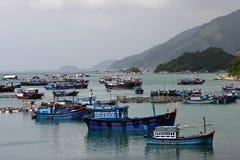 Paisaje con los barcos y mountian en Khanh Hoa Imagen de archivo libre de regalías