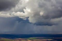 Paisaje con los campos, pueblos, sobre los cuales hay lluvia Foto de archivo