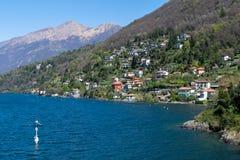Paisaje con los chalets sobre orilla del lago Como fotografía de archivo