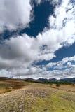 Paisaje con los picos de montaña cubiertos con nieve Nubes sobre Imagen de archivo libre de regalías