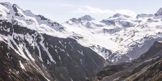 Paisaje con los picos de montaña nevosos fotos de archivo libres de regalías