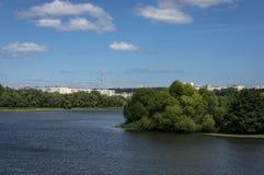 Paisaje con objeto de los edificios residenciales de gran altura situados detrás de la superficie del agua del Sviyaga imagen de archivo libre de regalías