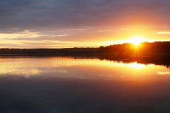 Paisaje con puesta del sol de oro imagen de archivo libre de regalías