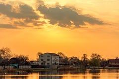 Paisaje con puesta del sol en el lago foto de archivo