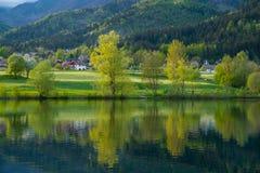 Paisaje con reflexiones del lago imagenes de archivo