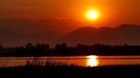 Paisaje con salida del sol sobre el lago almacen de video
