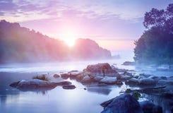 Paisaje con salida del sol y niebla sobre el río Fotografía de archivo