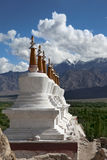Paisaje con stupas en fondo de la montaña Fotos de archivo