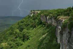 Paisaje con tempestad de truenos en montañas Imagen de archivo libre de regalías