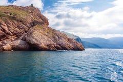 Paisaje con un acantilado hermoso y potente en el Mar Negro en la Crimea fotografía de archivo