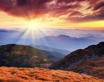 Paisaje con un amanecer en montañas Fotos de archivo