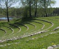 Paisaje con un anfiteatro de piedra Imagenes de archivo