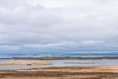 Paisaje con un barco viejo trenzado en el fondo de un cielo y de un horizonte hermosos imágenes de archivo libres de regalías