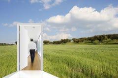 Paisaje con un campo verde Foto de archivo