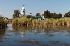 Paisaje con un monasterio en el medio del lago Foto de archivo