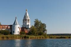 Paisaje con un monasterio en el medio del lago Fotos de archivo libres de regalías