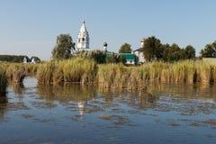 Paisaje con un monasterio en el medio del lago Imágenes de archivo libres de regalías