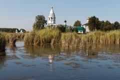 Paisaje con un monasterio en el medio del lago Imagen de archivo