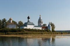 Paisaje con un monasterio en el medio del lago Imagenes de archivo