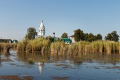 Paisaje con un monasterio en el medio del lago Fotografía de archivo libre de regalías