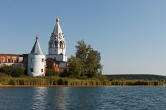 Paisaje con un monasterio en el medio del lago Foto de archivo libre de regalías