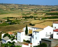 Paisaje con un pequeño pueblo en España fotos de archivo libres de regalías