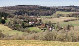 Paisaje con un pueblo en el valle Foto de archivo libre de regalías