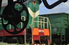 Paisaje con un tren de carga Carro ferroviario Fotografía de archivo