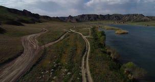 Paisaje con vistas al río y a las montañas almacen de video