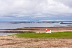 Paisaje con vistas a la casa por la bahía del océano, la montaña y el cielo foto de archivo