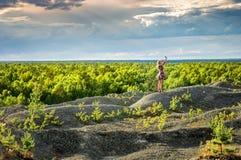 Paisaje con vistas a la montaña con una muchacha, Rusia del bosque del verano imagenes de archivo