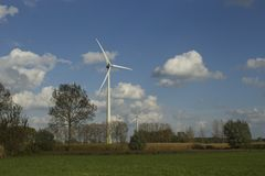 Paisaje con windturbines de la fila Foto de archivo libre de regalías