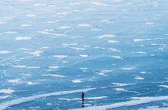 Paisaje congelado de la opinión aérea del lago Baikal con un hombre que camina solamente en el hielo Textura congelada hermosa de Fotos de archivo libres de regalías